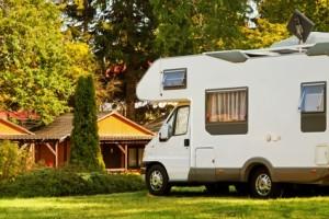 Wohnwagen Campingplatz mit Grünfläche