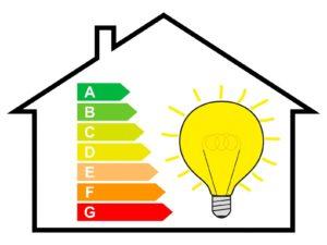 Energiewende, Energiesparen, Haus mit Energielabel und Glühbirne