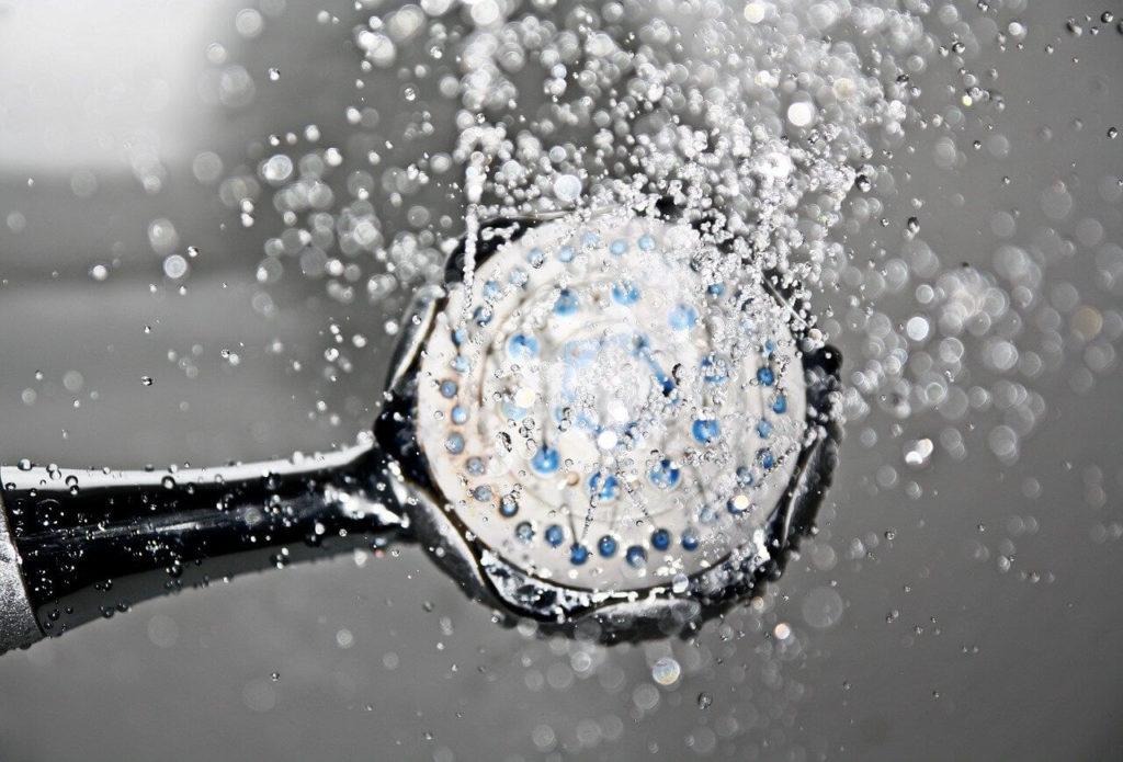 Durchlauferhitzer Dusche mit einem Duschkopf