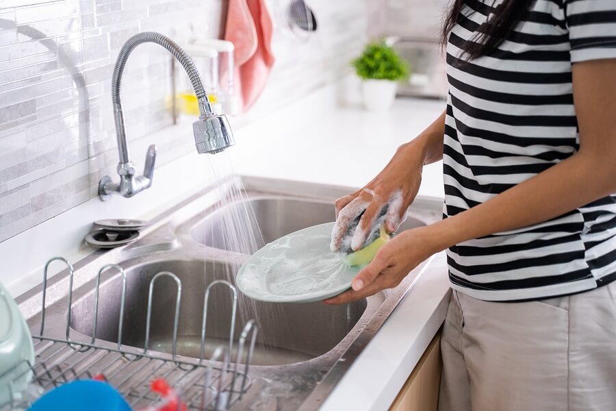 Von Hand spülen