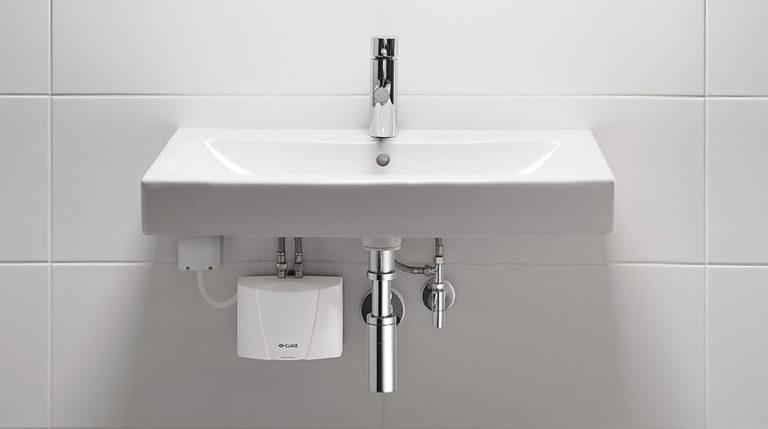 Mini-Durchlauferhitzer unterhalb eines Waschbeckens