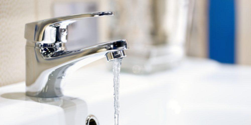 Waschbecken mit fließendem Wasserhahn